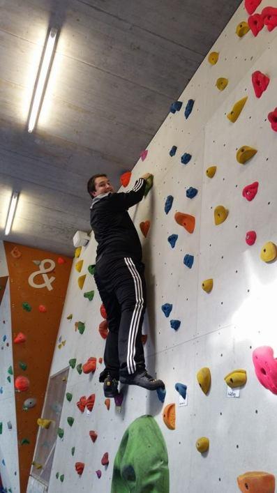 In sportlicher Betätigung beim Klettern